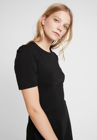 Dorothy Perkins - TUCK SLEEVE FIT AND FLARE - Jerseykjoler - black - 7