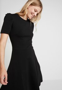 Dorothy Perkins - TUCK SLEEVE FIT AND FLARE - Jerseykjoler - black - 4