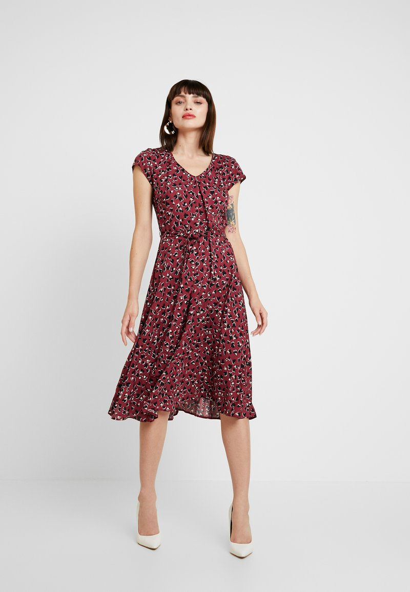 Dorothy Perkins - VNECK SHORT SLEEVE MIDI FIT AND FLARE DRESS - Freizeitkleid - red