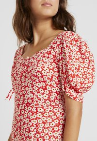 Dorothy Perkins - FLORAL DITSY TEA DRESS - Vestido informal - red - 6
