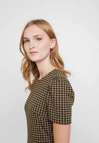 Dorothy Perkins - PUFF SLEEVE DOGTOOTH FIT & FLARE - Vestito di maglina - brown - 4
