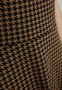 Dorothy Perkins - PUFF SLEEVE DOGTOOTH FIT & FLARE - Vestito di maglina - brown - 6