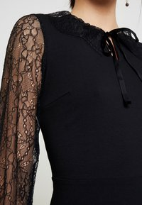Dorothy Perkins - DETAIL FIT and FLARE - Robe en jersey - black - 4