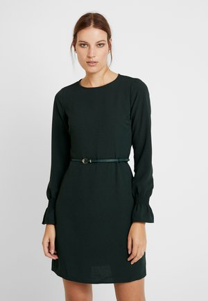 BELTED SHIRRED CUFF DRESS - Denní šaty - forest green