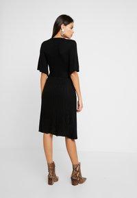 Dorothy Perkins - BELTED SKATER DRESS - Strikket kjole - black - 3