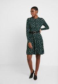 Dorothy Perkins - SMUDGE PRINT DRESS - Trikoomekko - green - 2
