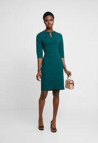 Dorothy Perkins - HARDWEAR PLEAT NECK BODYCON - Etuikleid - green - 2