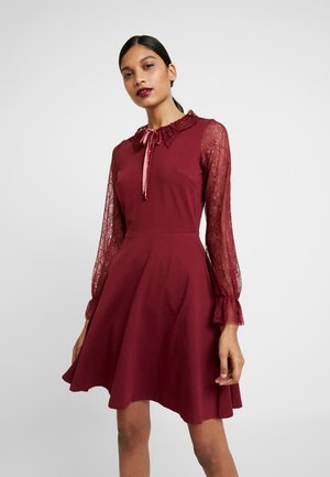 COLLAR DRESS - Žerzejové šaty - red