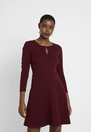 PORT KEYHOLE SEAMED FIT AND FLARE - Denní šaty - red