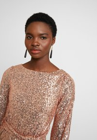Dorothy Perkins - SEQUIN LONG SLEEVE FIT AND FLARE - Juhlamekko - rose gold - 4