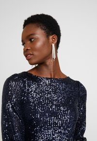 Dorothy Perkins - SEQUIN LONG SLEEVE FIT AND FLARE - Cocktailklänning - navy - 4