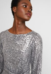 Dorothy Perkins - LONG SLEEVE FIT AND FLARE - Sukienka koktajlowa - silver - 4