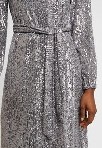 Dorothy Perkins - LONG SLEEVE FIT AND FLARE - Sukienka koktajlowa - silver - 6