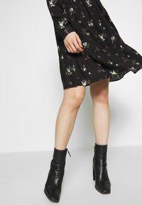 Dorothy Perkins - BIRD PRINT FRILL HEM DRESS - Vapaa-ajan mekko - black - 4