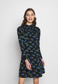 Dorothy Perkins - BLUE FLORAL SHIRRED DRESS - Vapaa-ajan mekko - black - 0