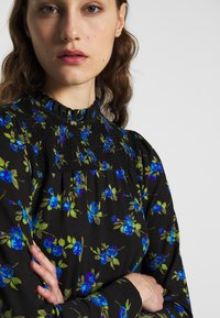 Dorothy Perkins - BLUE FLORAL SHIRRED DRESS - Vapaa-ajan mekko - black - 3