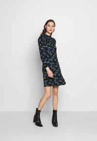 Dorothy Perkins - BLUE FLORAL SHIRRED DRESS - Vapaa-ajan mekko - black - 1