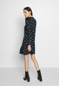 Dorothy Perkins - BLUE FLORAL SHIRRED DRESS - Vapaa-ajan mekko - black - 2