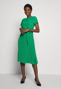 Dorothy Perkins - KEYHOLE PLEATED MIDI DRESS - Day dress - green - 0