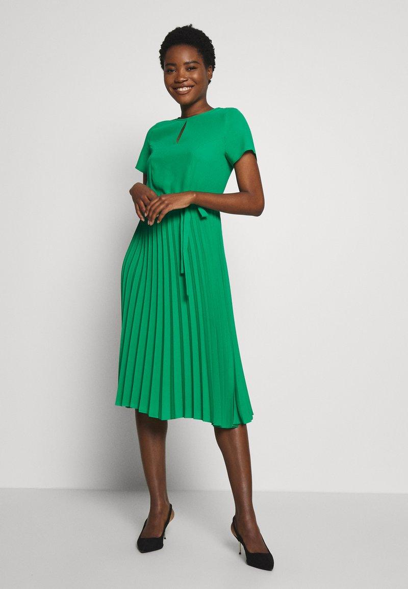 Dorothy Perkins - KEYHOLE PLEATED MIDI DRESS - Day dress - green