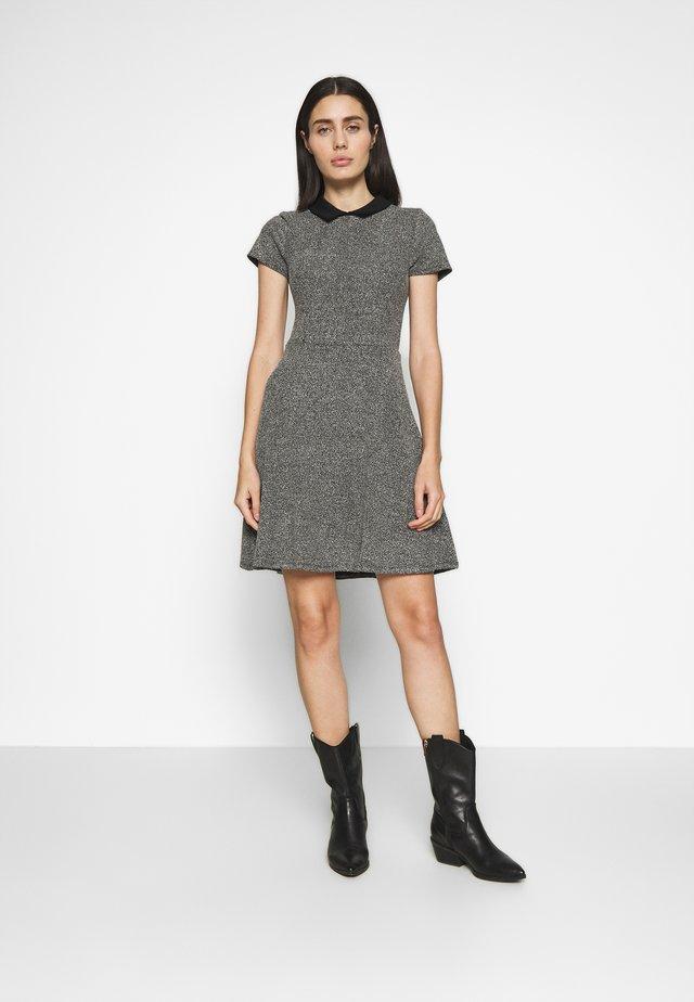 BLACK COLLAR FIT AND FLARE DRESS - Strikket kjole - black