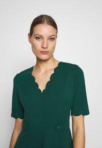 Dorothy Perkins - SCALLOPED DETAIL DRESS - Jerseykjole - green - 3