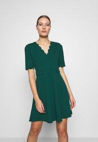 Dorothy Perkins - SCALLOPED DETAIL DRESS - Jerseykjole - green - 0