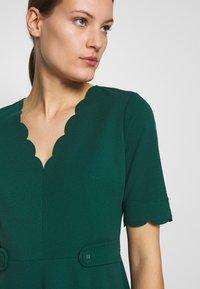 Dorothy Perkins - SCALLOPED DETAIL DRESS - Jerseykjole - green - 5