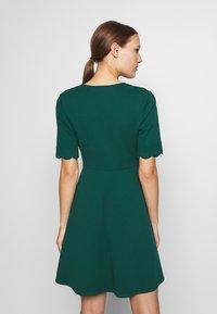 Dorothy Perkins - SCALLOPED DETAIL DRESS - Jerseykjole - green - 2