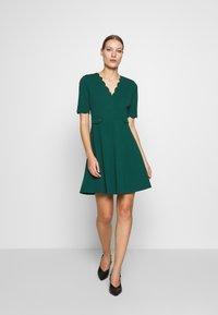 Dorothy Perkins - SCALLOPED DETAIL DRESS - Jerseykjole - green - 1