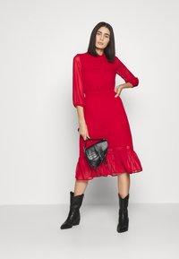 Dorothy Perkins - PLAIN PUSSYBOW FRILL DRESS - Sukienka letnia - red - 1