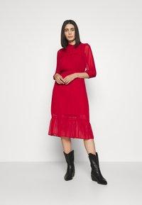 Dorothy Perkins - PLAIN PUSSYBOW FRILL DRESS - Sukienka letnia - red - 0