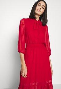 Dorothy Perkins - PLAIN PUSSYBOW FRILL DRESS - Sukienka letnia - red - 3
