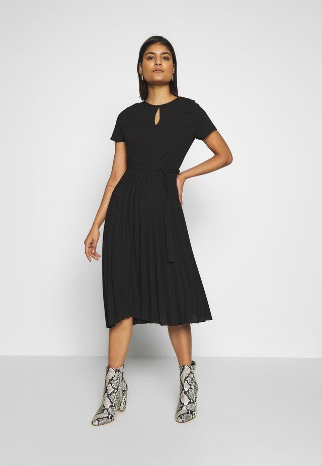 KEYHOLE PLEATED MIDI DRESS - Korte jurk - black