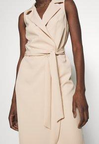 Dorothy Perkins - TUX BELTED PENCIL DRESS - Sukienka letnia - camel - 6