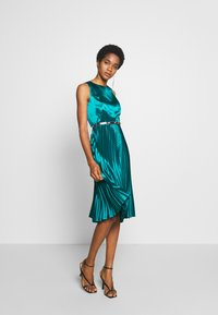 Dorothy Perkins - LUXE BELTED PLEAT MIDI DRESS - Cocktail dress / Party dress - green - 1