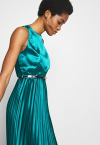 Dorothy Perkins - LUXE BELTED PLEAT MIDI DRESS - Cocktail dress / Party dress - green - 4