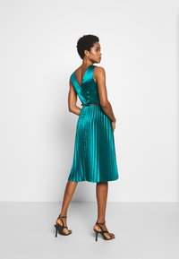 Dorothy Perkins - LUXE BELTED PLEAT MIDI DRESS - Cocktail dress / Party dress - green - 2
