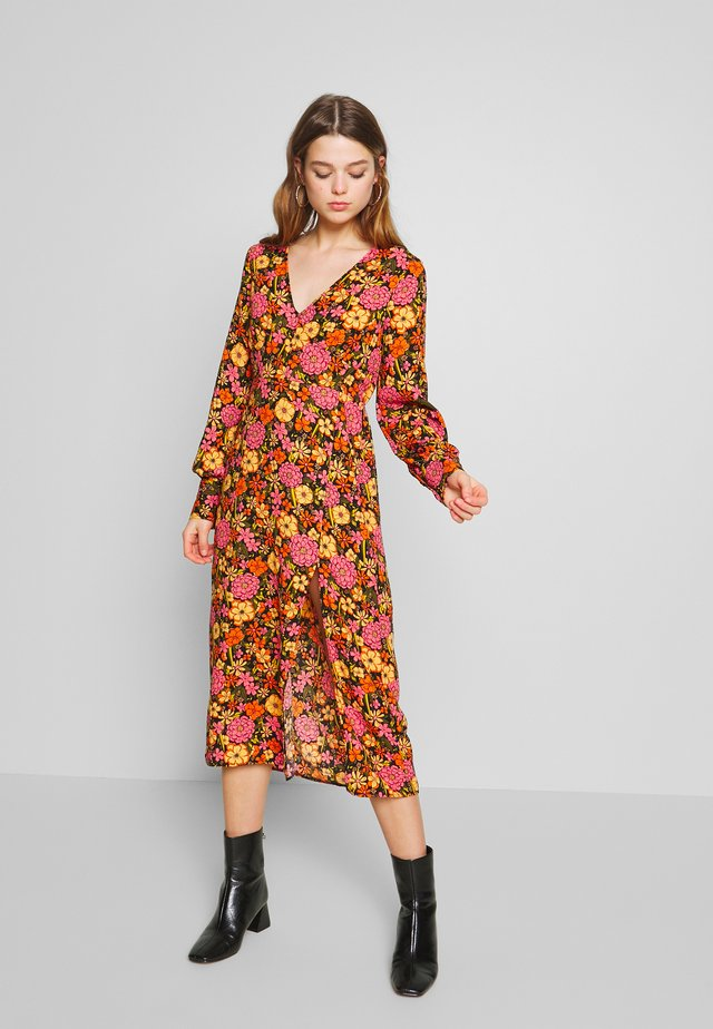 LOLA SKYE RETRO BLOUSON SLEEVE MIDI DRESS - Korte jurk - orange