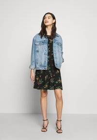 Dorothy Perkins - CREW NECK FIT AND FLARE BIRD FLORAL - Kotelomekko - black - 2