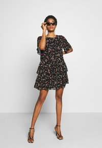 Dorothy Perkins - FLORAL TRIPLE TIER SHORT SLEEVE DRESS - Denní šaty - black - 1