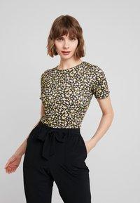 Dorothy Perkins - DITSY LETTUCE EDGE TEE - T-shirt z nadrukiem - black - 0