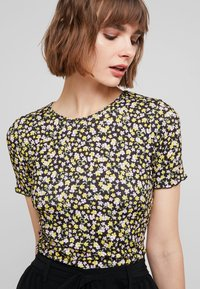 Dorothy Perkins - DITSY LETTUCE EDGE TEE - T-shirt z nadrukiem - black - 4