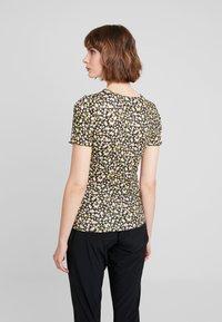 Dorothy Perkins - DITSY LETTUCE EDGE TEE - T-shirt z nadrukiem - black - 2
