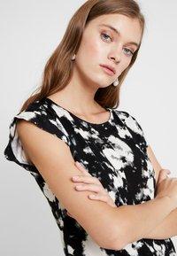Dorothy Perkins - TIE DYE FRONT TEE - T-shirt med print - black - 3