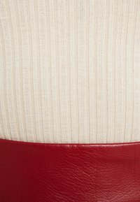 Dorothy Perkins - FUNNEL NECK BUTTON SHOULDER - T-shirt z nadrukiem - oatmeal - 5