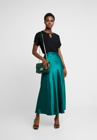 Dorothy Perkins - KEYHOLE GLITTER - T-shirts med print - black - 1