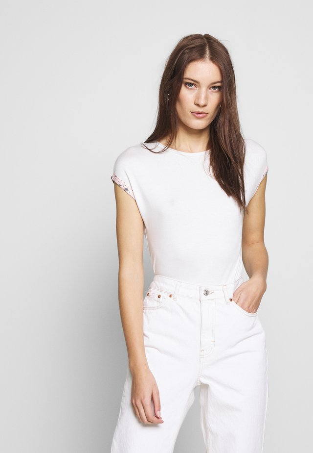 TURNBACK FLORAL CUFF TEE - Printtipaita - ivory