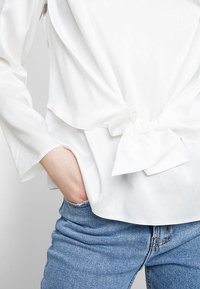 Dorothy Perkins - KNOT FRONT LONG SLEEVE - Blusa - offwhite - 4