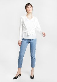 Dorothy Perkins - KNOT FRONT LONG SLEEVE - Blusa - offwhite - 1
